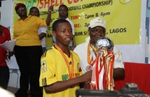The Country Chair Shell companies in Nigeria and Managing Director, Shell Petroleum Development Company of Nigeria limited, Mutiu Sunmonu presenting the trophy to Kwara Football Academy Secondary School winners of the 14th NNPC/Shell Cup in Lagos.